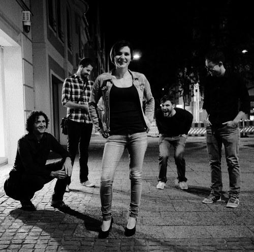 Kapuze veröffentlichen ihr Debüt Album...